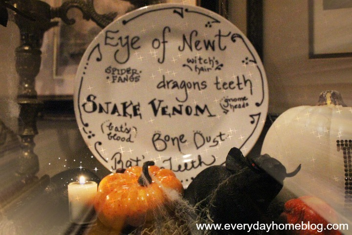 Make Your Own Halloween Plates by The Everyday Home #theeverydayhome #diy  #crafts  #halloween