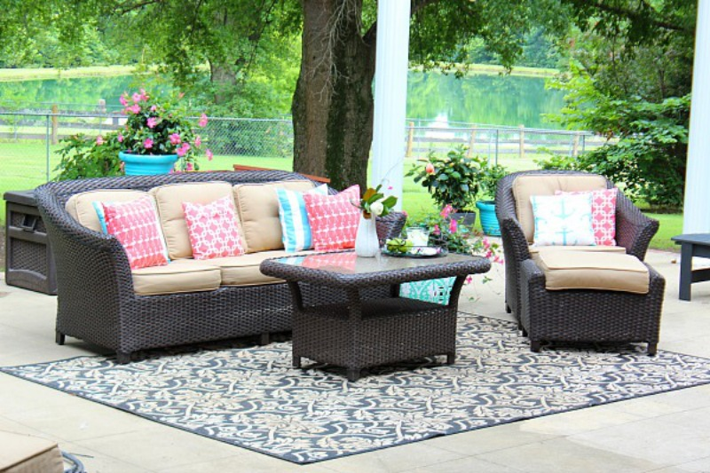 Neutral-wicker-patio-with-colorful-pillows