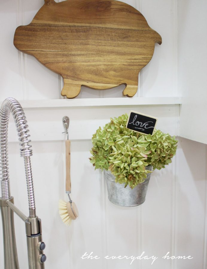 Galvanized Half Wall Bucket | The Everyday Home | www.everydayhomeblog.com