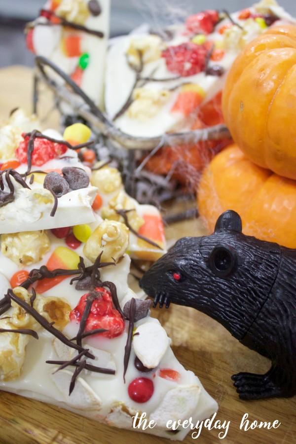 Homemade Halloween Candy Bark | The Everyday Home | www.everydayhomeblog.com