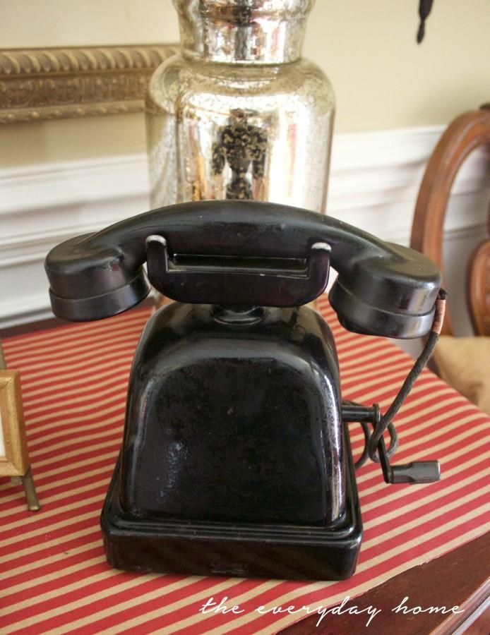 Vintage Telephone | Traditional Fall Vignette | The Everyday Home | www.everydayhomeblog.com