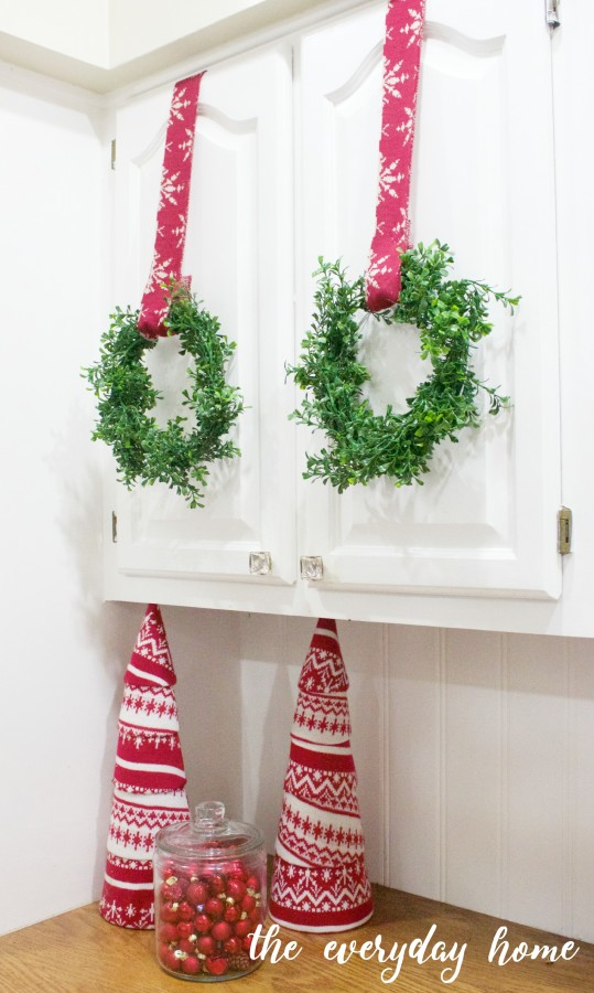 How to Make Mini Faux Boxwood Wreaths | The Everyday Home | www.everydayhomeblog.com