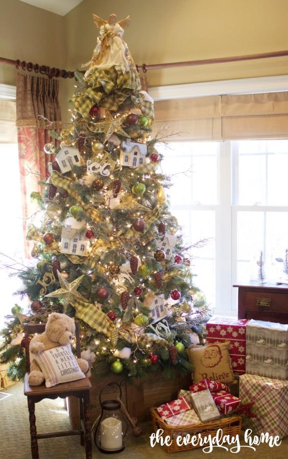 Family Room Christmas Tree   2015 Christmas Home Tour   The Everyday Home   www.everydayhomeblog.com