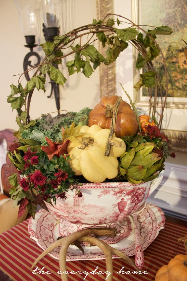 traditional-style-fall-vignette-arrangement | The Everyday Home | www.everydayhomeblog.com