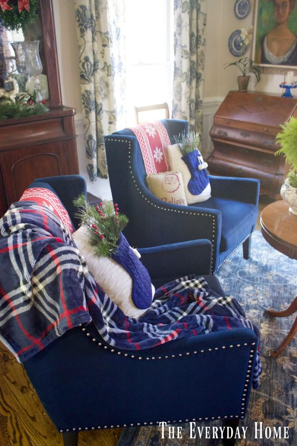 christmas-living-room-velvet-chairs