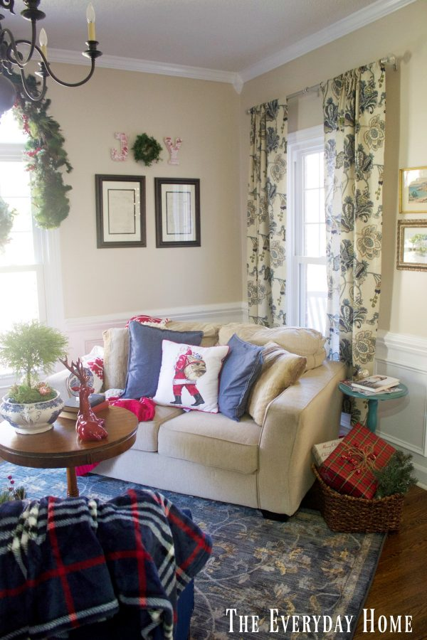 christmas-living-room-in-red-and-blue