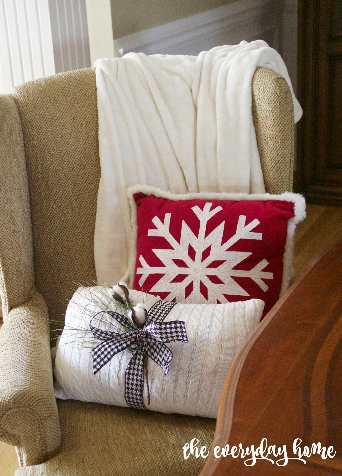 christmas-pillows-2015-christmas-dining-room-tour | The Everyday Home | www.everydayhomeblog.com