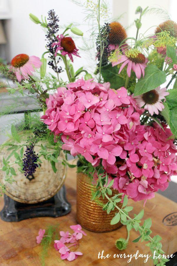 How to Arrange Summer Farmhouse Flowers || The Everyday Home || www.everydayhomeblog.com