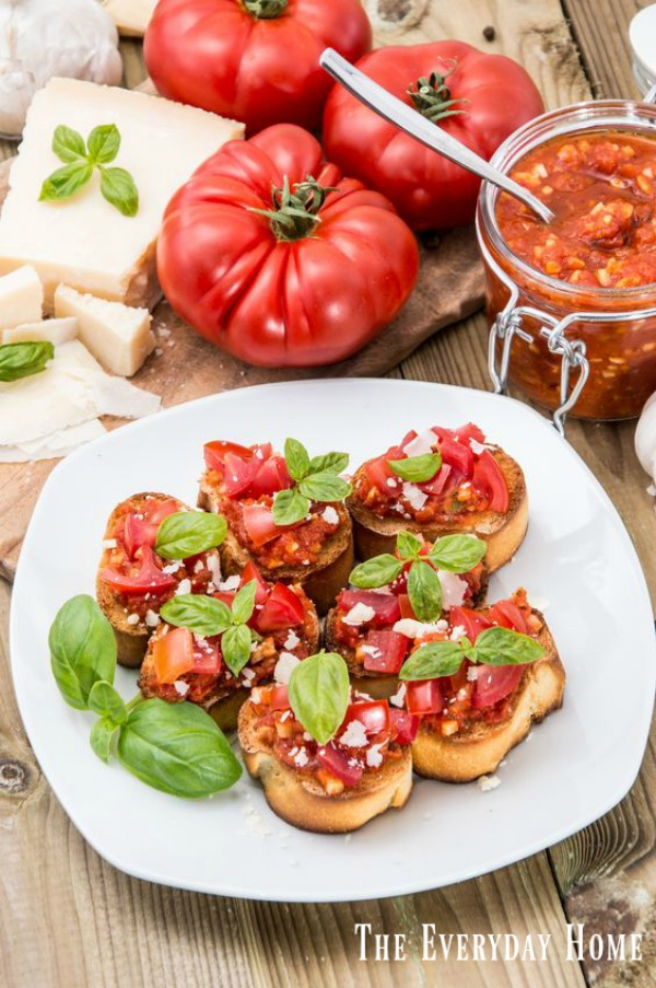 How to Make the BEST Roasted Garlic Bruschetta | The Everyday Home | www.everydayhomeblog.com